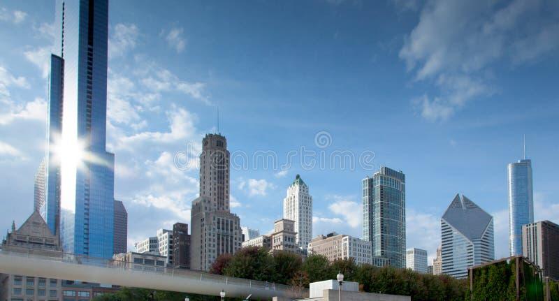 Opinião de baixo ângulo dos arranha-céus em uma cidade, Chicago, cozinheiro County, I fotos de stock