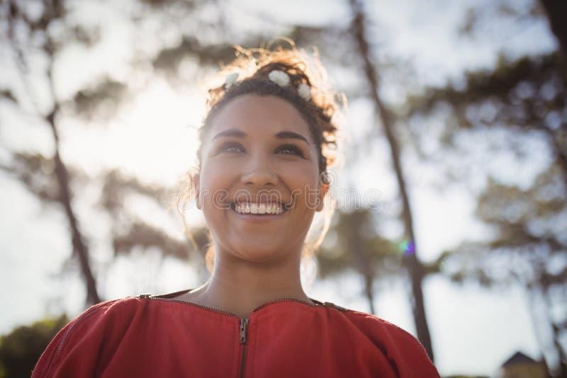 Opinião de baixo ângulo a jovem mulher de sorriso pensativa imagens de stock royalty free