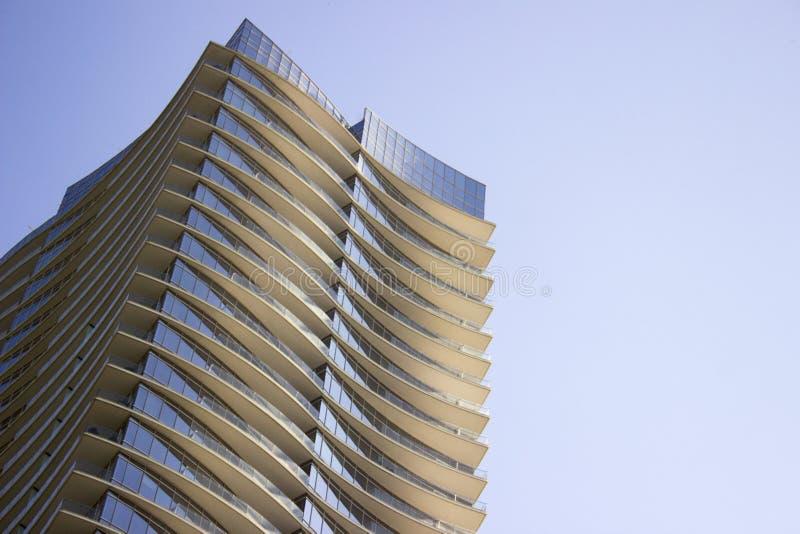 Opinião de baixo ângulo lateral de um prédio de escritórios incorporado moderno do arranha-céus com saliências amareladas em cada fotografia de stock royalty free