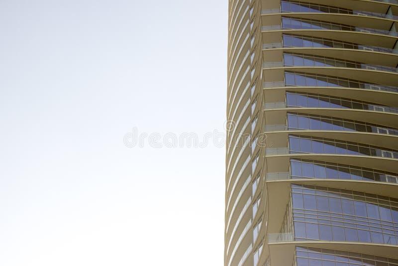 Opinião de baixo ângulo lateral de uma construção de escritório empresarial moderna com saliências amareladas em cada assoalho fotografia de stock royalty free