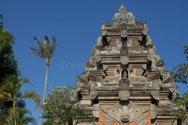 Opinião de baixo ângulo na parte superior da porta de pedra bonita do palácio de Ubud imagem de stock royalty free