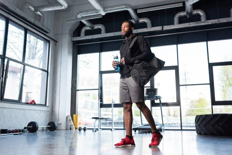 opinião de baixo ângulo o homem afro-americano desportivo fotos de stock royalty free