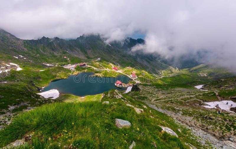 Opinião de Balea do lago mountain através das nuvens imagens de stock