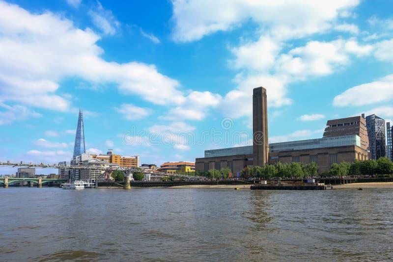 Opinião de Bankside de Tate Modern e da ponte do milênio tomadas imagens de stock