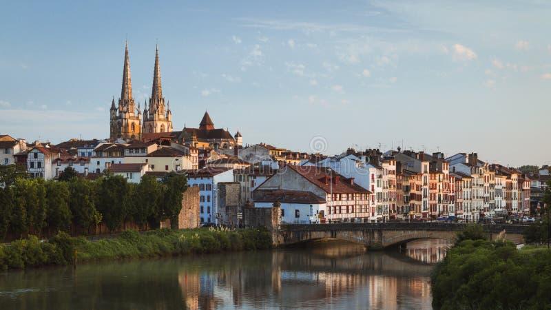 Opinião de Bayonne, arquitetura da cidade de França com o rio da catedral e do Nive foto de stock