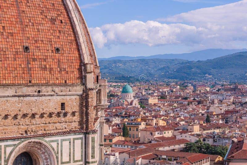Opinião de Beautifu da skyline da cidade, das torres, das basílica, de telhados vermelho-telhados das casas e de montanhas, Flore imagens de stock royalty free