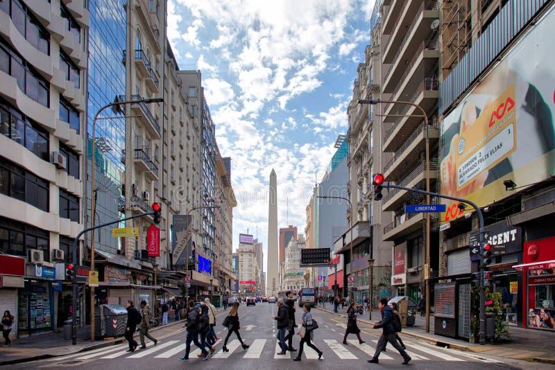Opinião de Buenos Aires de Avenida Corrientes fotografia de stock