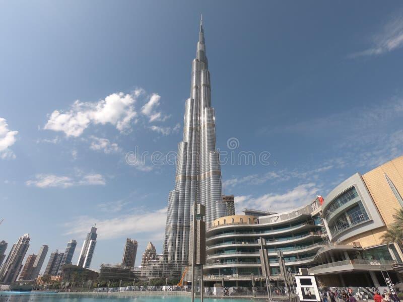 Opinião de Burj Khalifa de baixo no tempo do dia - a estrutura a mais alta do mundo em Dubai UAE com uma vista da alameda de Duba foto de stock
