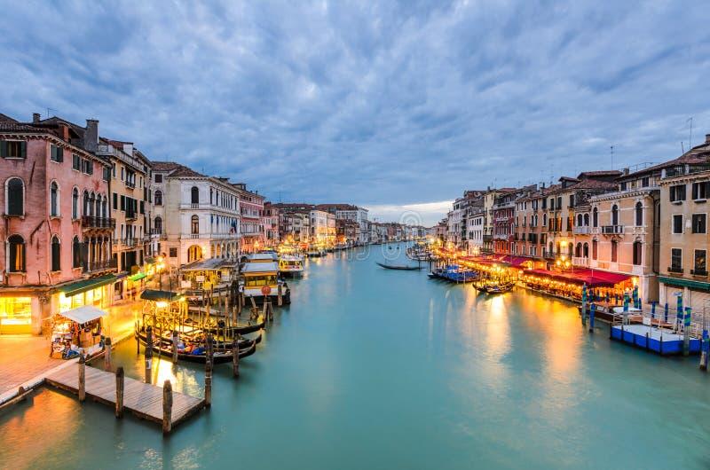 Opinião de canal grande na noite, Veneza fotografia de stock royalty free