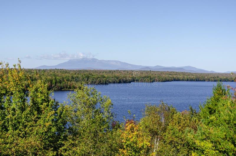 Opinião de Cole Overlook através de Salmon Stream Lake para a montagem Katahd fotos de stock royalty free