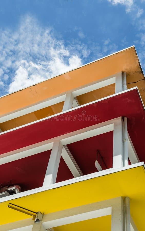 Opini?o de constru??o pequena do detalhe da janela do projeto colorido fotos de stock royalty free