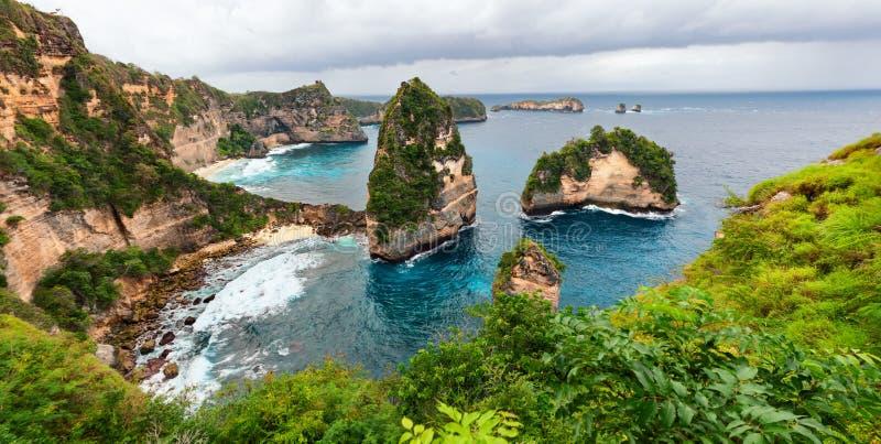 Opinião de costa de mar da ilha de Nusa Penida fotografia de stock