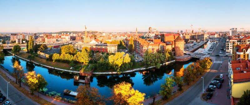 Opinião de dia ensolarado do Brama Stagiewna e de outras construções históricas em Gdansk, Polônia fotografia de stock