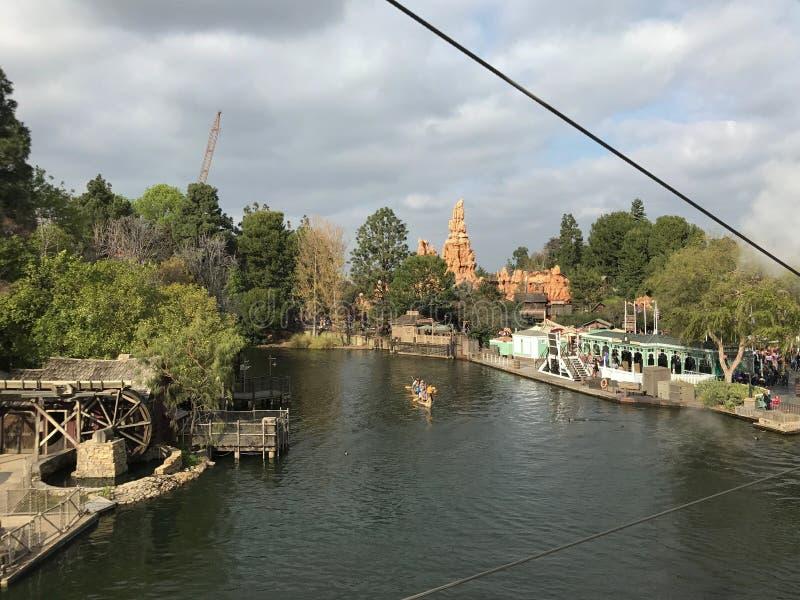 Opinião de Disneylândia de Mark Twain da montanha do trovão fotos de stock