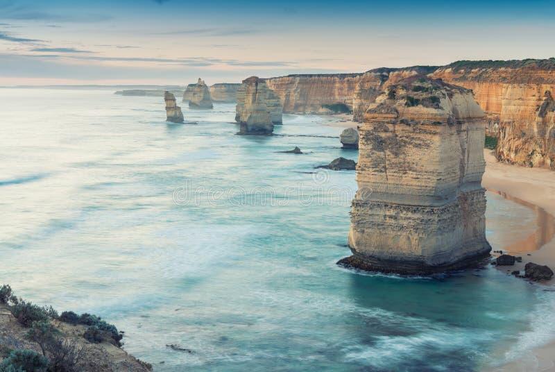 A opinião de doze apóstolos ao longo da grande estrada do oceano, Austrália fotografia de stock royalty free