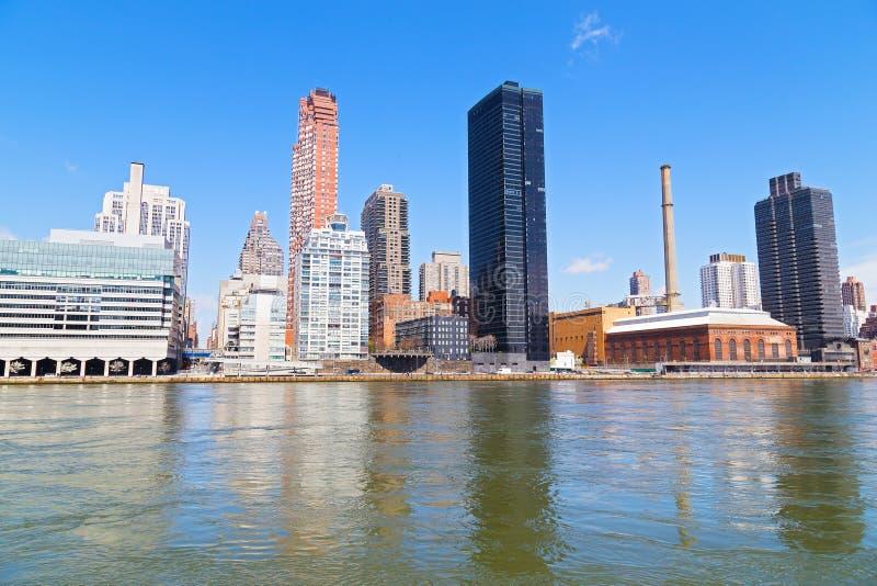 Opinião de East River de arranha-céus da margem de Manhattan em New York City imagens de stock royalty free