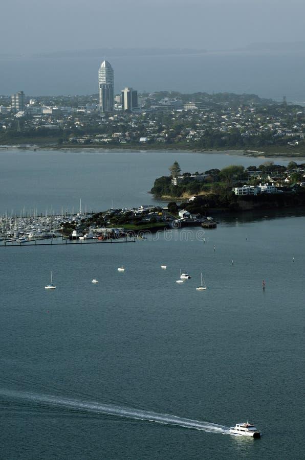 Opinião de Erial dos barcos fora de Takapuna Auckland NZ foto de stock