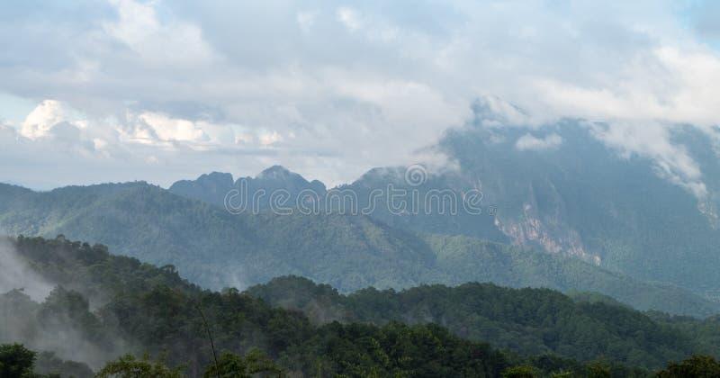 Opinião de escala de montanhas com nuvem ou névoa fotos de stock