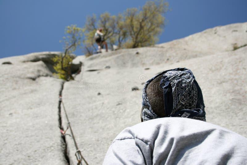 Opinião de escalada de rocha de abaixo fotos de stock royalty free
