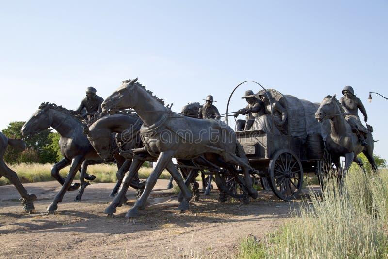 A opinião de escultura de bronze na terra centenária corre o monumento Oklahoma fotos de stock