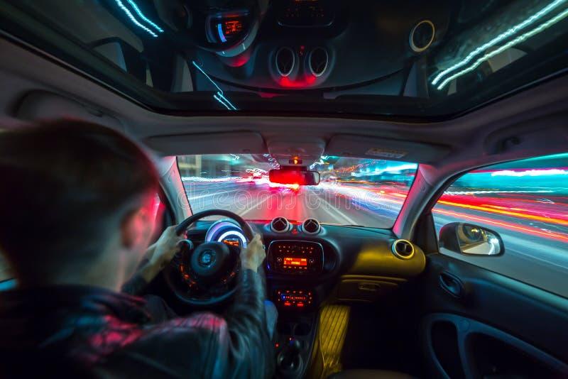 Opinião de estrada de cidade da noite do interior do carro foto de stock royalty free