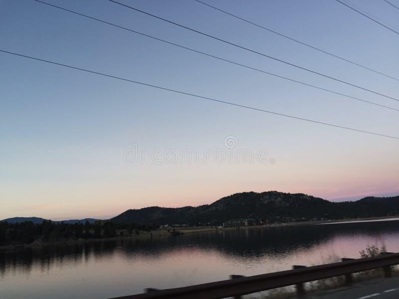 Opinião de estrada lateral do lago imagem de stock royalty free