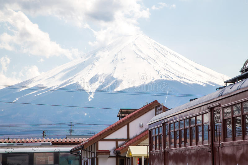Opinião de Fuji da montanha da estação de Kawaguchiko foto de stock royalty free