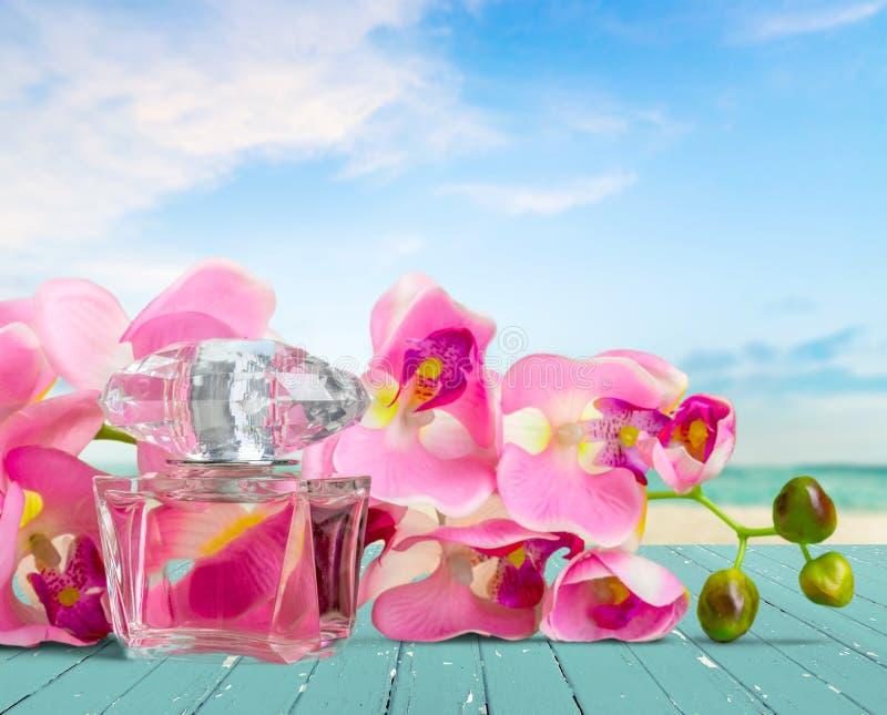 Opinião de garrafa de perfume e de close-up das flores fotos de stock