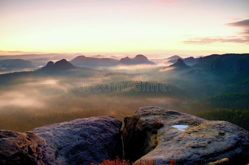 Opinião de Kleiner Winterberg Nascer do sol sonhador fantástico na parte superior da montanha rochosa com a vista no vale enevoad imagens de stock