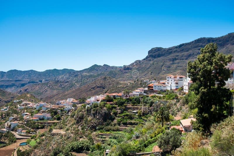 Opinião de Lanscape da cidade espanhola pequena de Tejeda na ilha de canaria do gran no vale da montanha no dia de verão com o cé fotos de stock