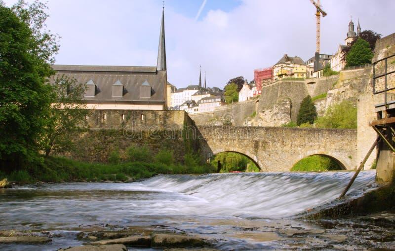 Opinião de Luxemburgo - de Grund perto da cascata fotografia de stock royalty free