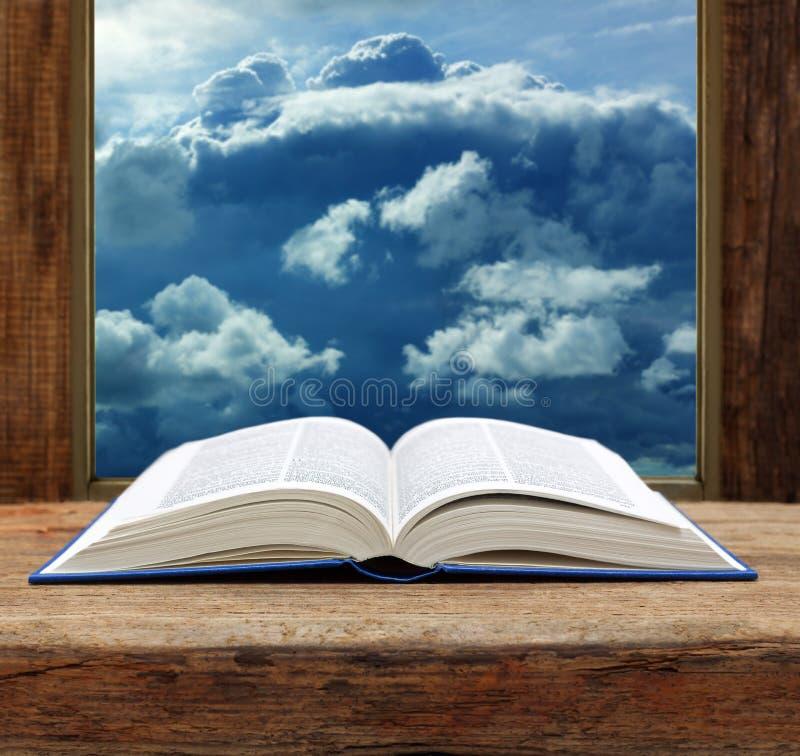 Opinião de madeira do céu da janela do livro aberto da Bíblia imagem de stock