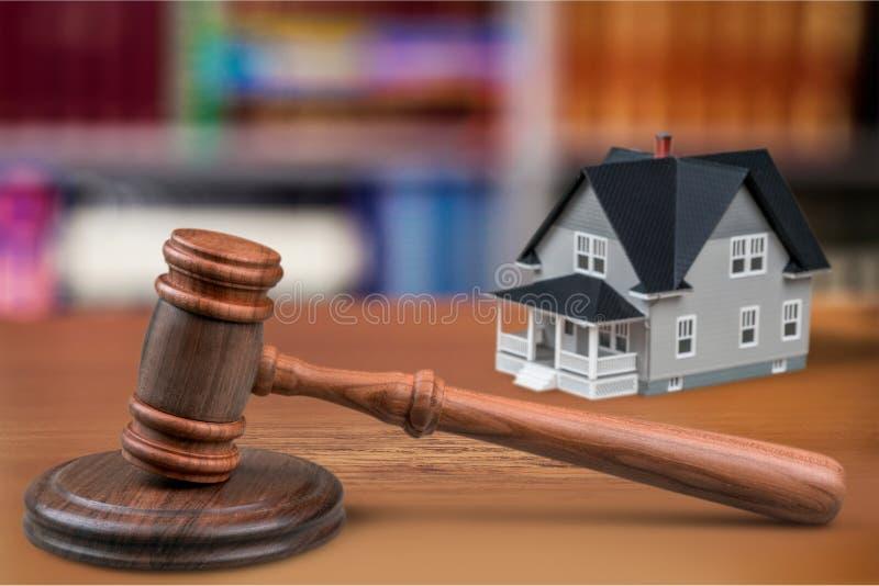 Opinião de madeira do martelo do juiz e do close-up da casa imagem de stock
