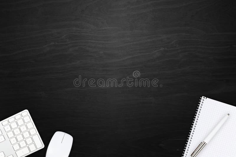 Opinião de madeira preta do desktop do escritório com teclado de computador, rato foto de stock