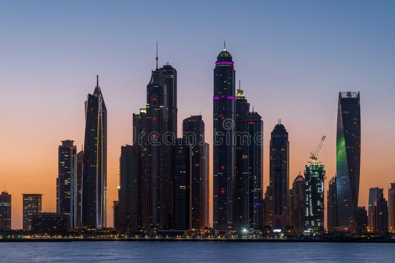 Opinião de Monrning dos arranha-céus no porto de Dubai da palma imagens de stock