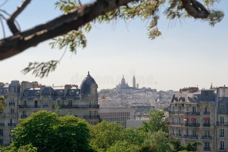 Opinião de Montmartre do parc dos Buttes Chaumont Paris foto de stock
