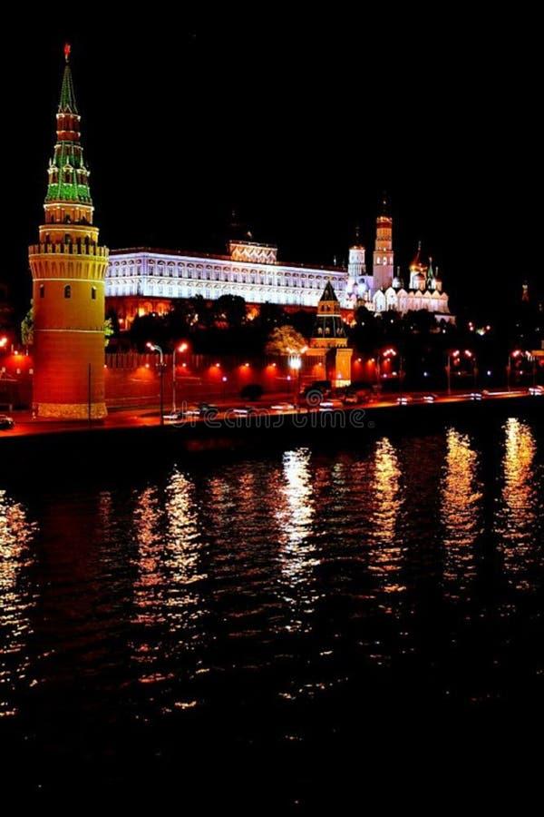 Opinião de Moscou da ponte ao kremlin foto de stock