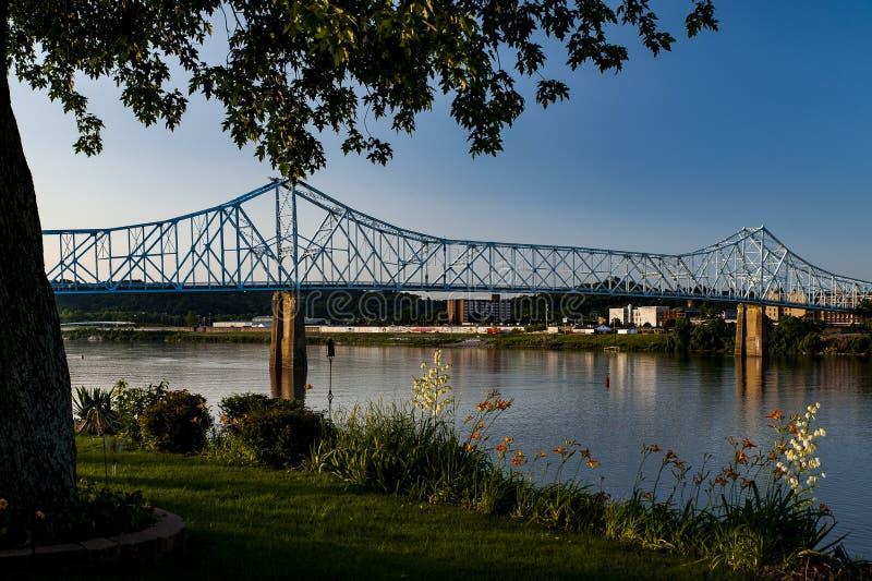 Opinião de noite atrasada da ponte histórica de Ironton-Russell - o Rio Ohio - Ohio & Kentucky fotografia de stock royalty free