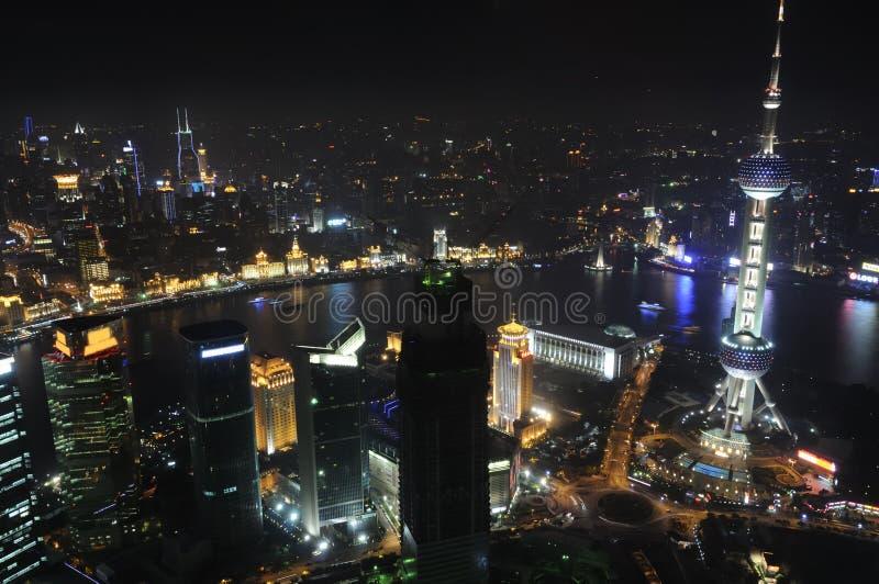 Opinião de olho de pássaro da cidade de Shanghai na noite imagem de stock