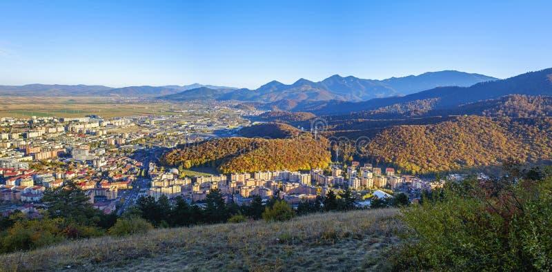 Opinião de olho de pássaro da cidade e das montanhas Brasov, Romênia 2 fotos de stock