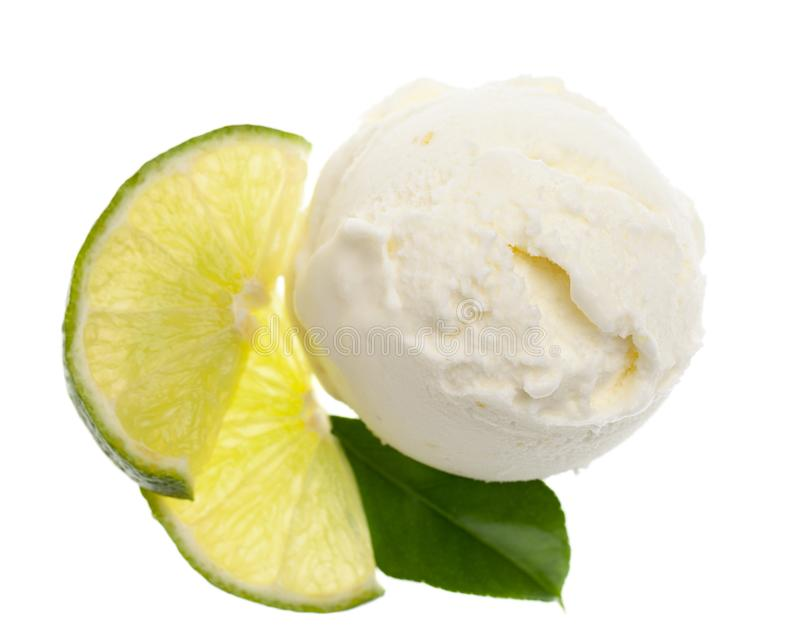 Opinião de olho de pássaro da colher do gelado do limão com fatias de limão e de uma única folha do limão isolada no fundo branco imagens de stock