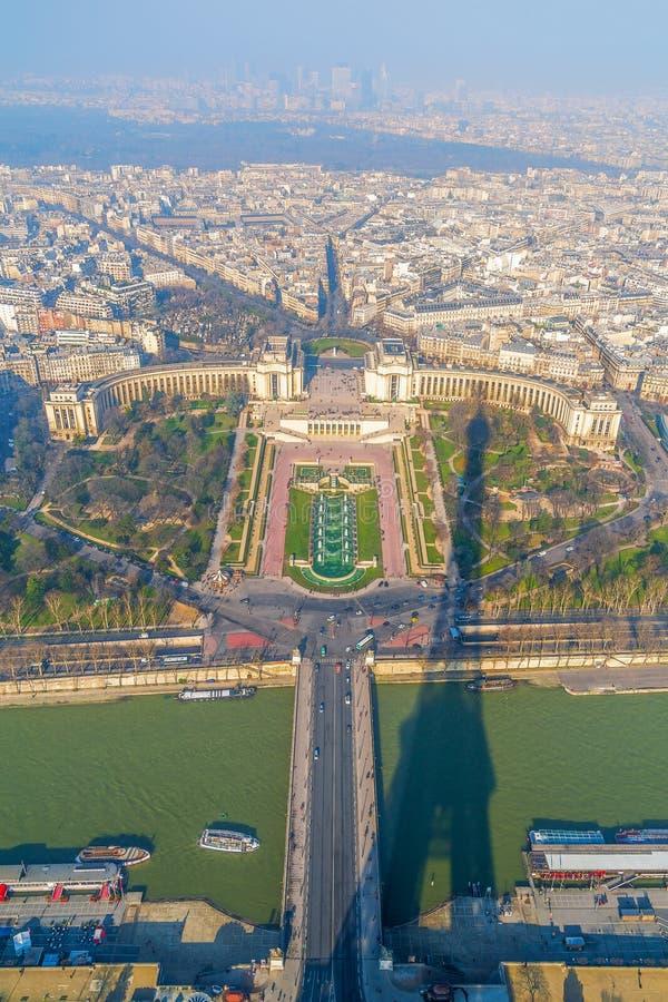 Opini?o de olho de p?ssaro de Seine River e dos jardins de Trocadero da torre Eiffel paris france imagem de stock royalty free
