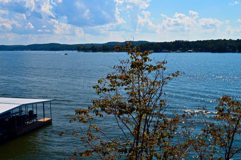 Opinião de Ozark Lake fotografia de stock royalty free
