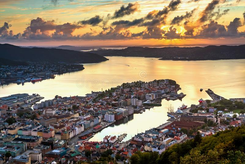 Opinião de Paranomic sobre o centro de cidade de Bergen, Noruega no por do sol do ponto de vista de Floyfjellet da montagem Floye imagem de stock