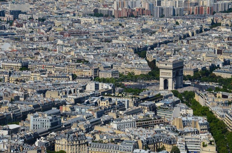 Opinião de Paris, França em Arc de Triomphe de l '‰ de à toile em Paris da torre Eiffel no dia ensolarado fotografia de stock