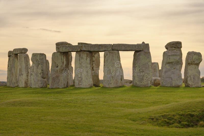 Opinião de pedra do henge de pedras estando no por do sol luz pagão fotografia de stock royalty free