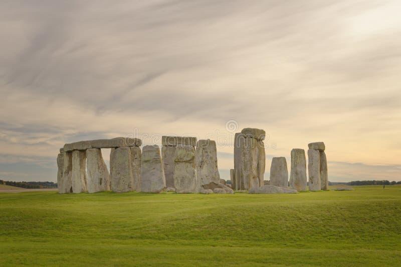Opinião de pedra do henge de pedras estando no por do sol luz pagão fotos de stock royalty free