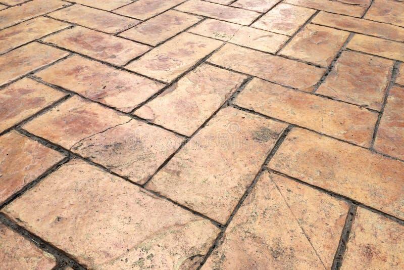 Opinião de perspectiva da estrada da rua da pedra do tijolo de Brown Passeio, textura do pavimento fotos de stock