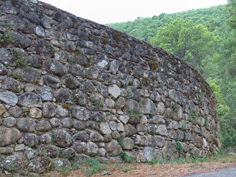 Opinião de perspectiva da parede de pedra antiga na Espanha fotos de stock royalty free