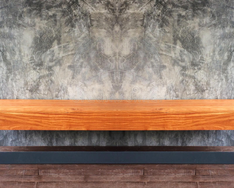 Opinião de perspectiva da prateleira ou da cadeira de madeira vazia de Brown com Grunge abstrato Gray Concrete Wall Background Te imagens de stock